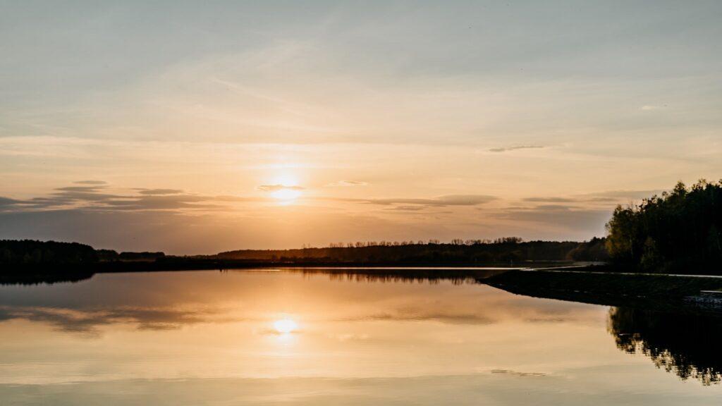 Zachód słońca nad zalewem